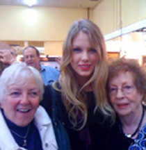 Taylor Swift with dealer Marilyn Haley (lf) and Kay Puchstein's mother, Bea Starr