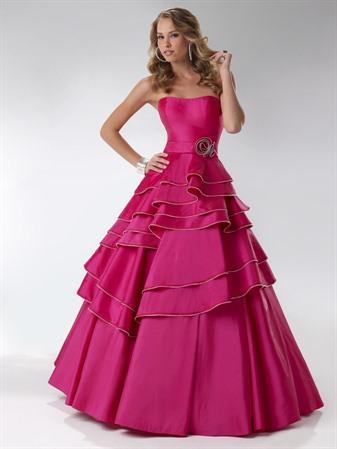 Темно-розовое бальное платье из тафты.