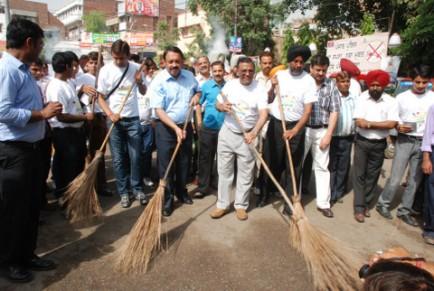 LtoR- Mr. A Singh of Alpha GCorp, Mayor, Mr. P Sen