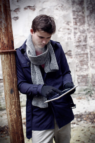 Mujjo Touchscreen Gloves Lifestyle iPad