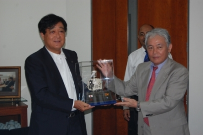 Mr.Akihiko Nakauchi giving token gift to Mr.Osamu Masuko mark the visit