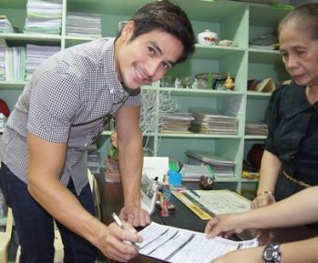 Piolo signs the registration form