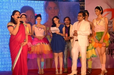 beautiful aanchal kumar on ramp with choreographer keyur desai and idtians