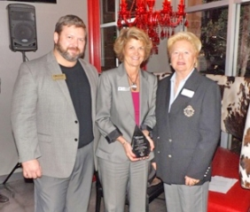 Linda Starcher (center) accepts award