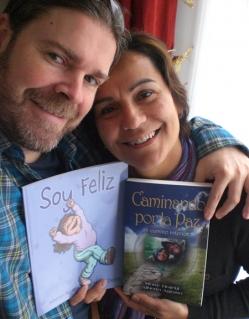 Alberto y Mony con sus libros