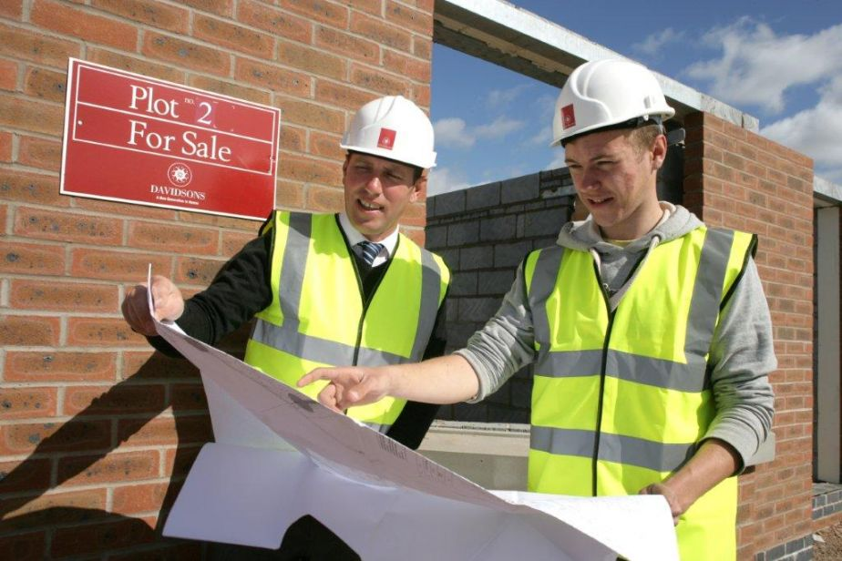 Site Manager and one of current apprentices at a local Davidsons development