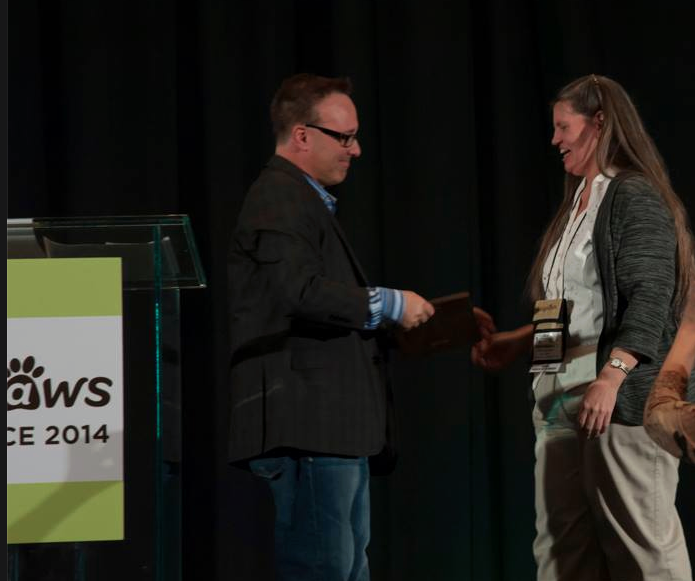 Steve Dale presents award to Dr. Lorie Huston; photo bybecka.com