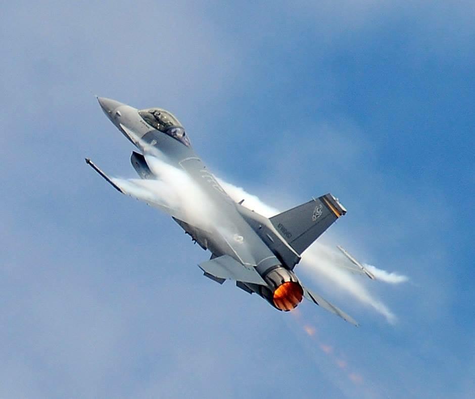 US Air Force F-16 Viper Demo at HOT Airshow