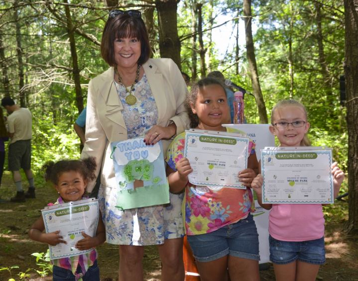 Indiana First Lady Karen Pence gave Nature IN-Deeds to children