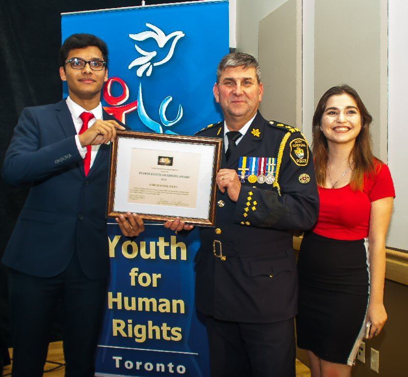 Chf Jolliffe of York Region Police accepts award from Youth for Human Rights