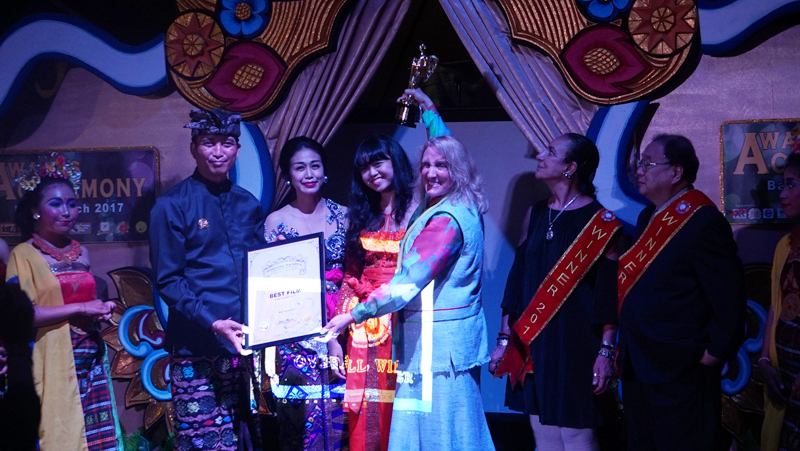Crown Prince Blahbatu Bali presented the Best Film Award to Cheryl Halpern
