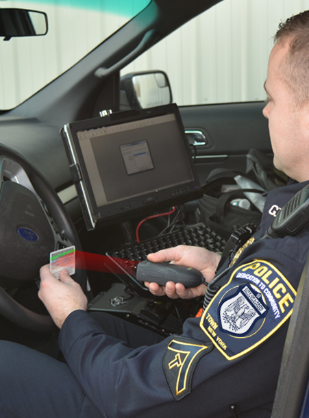Officer using the 4910LR DL Reader