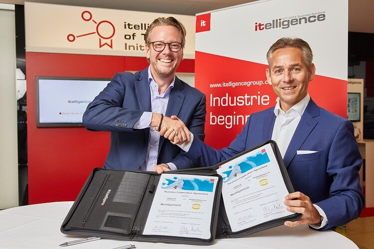 Philip Harting and Norbet Rotter signing the partnership at itelligence World.