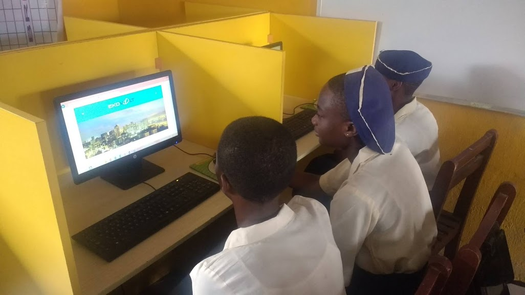 Gbaja Girls High School students experiencing Ekovolt's Internet
