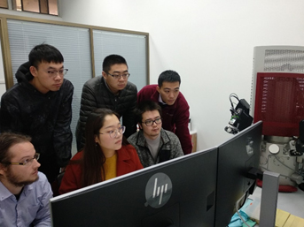 Advanced operator training on the new TIMA-X automated mineralogy system at PKU.