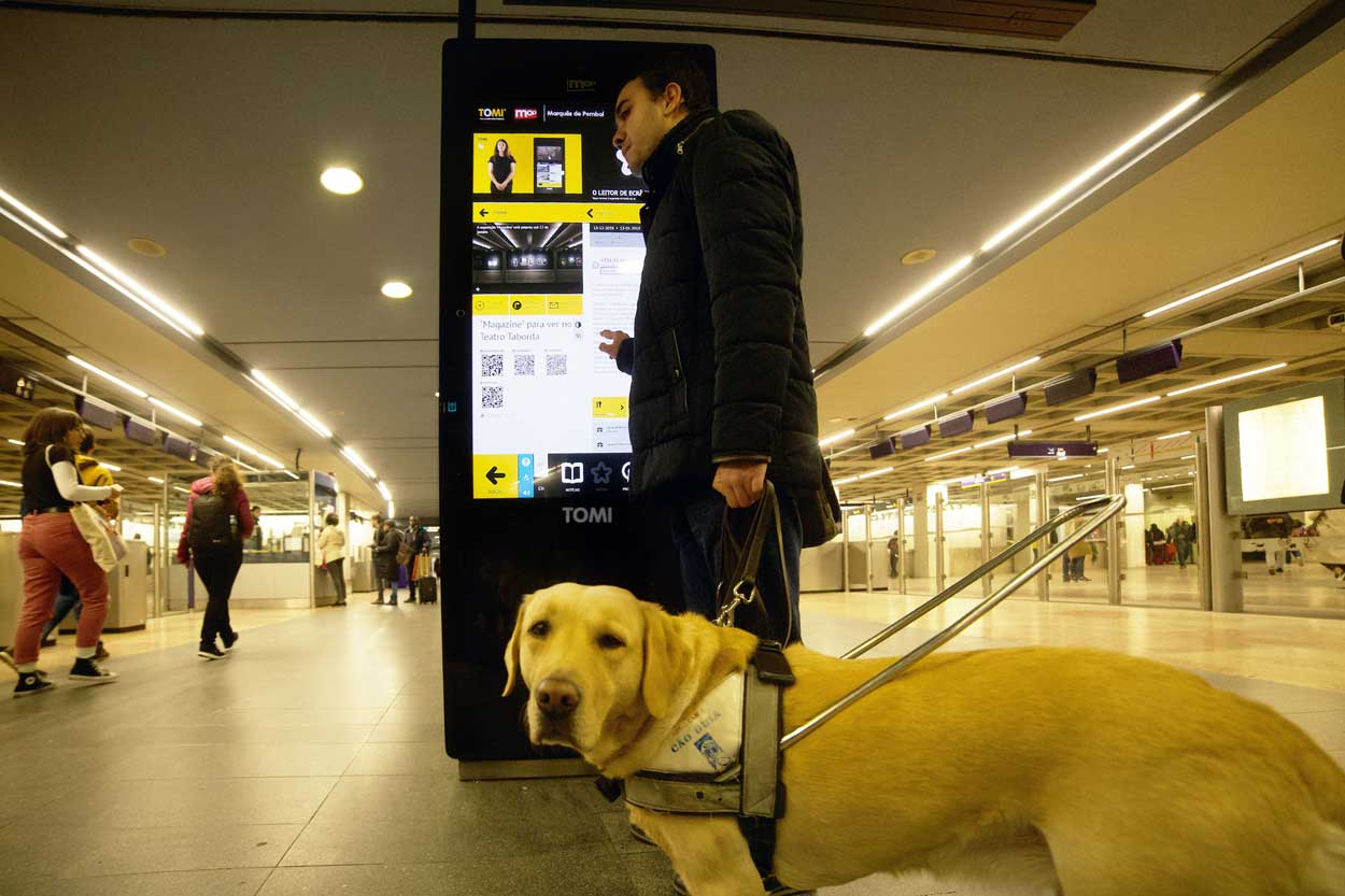 A blind person interacts autonomously with TOMI
