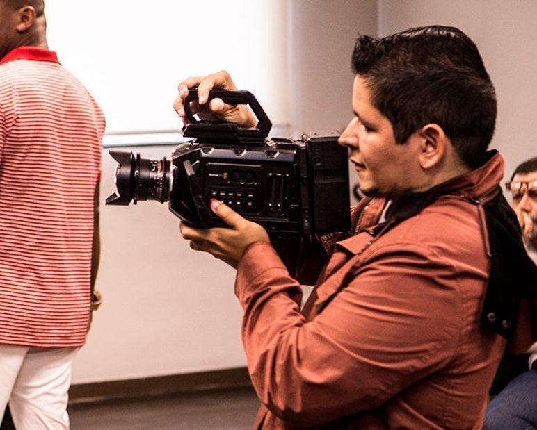 En la foto: Tavo Chirivella filmando durante rueda de prensa en Brasil.