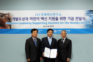 Prof Park Sang-chul, Prof Sung Young-chul & IVI Director General Dr. Jerome Kim