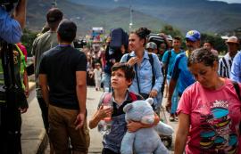 Venezuelan Refugees on Bridge to Colombia
