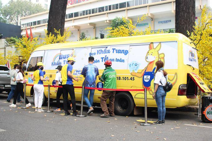 Dony Garment Mask Bus distributes free masks