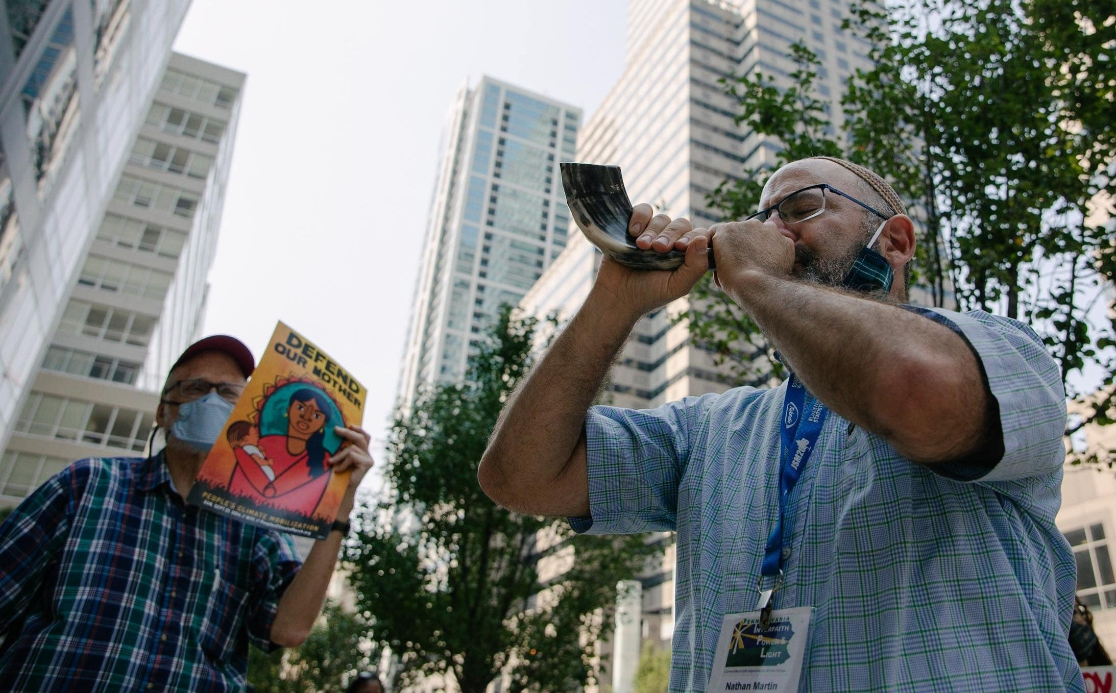 Rabbi Nathan Martin blows shofar(Rachael Warriner)